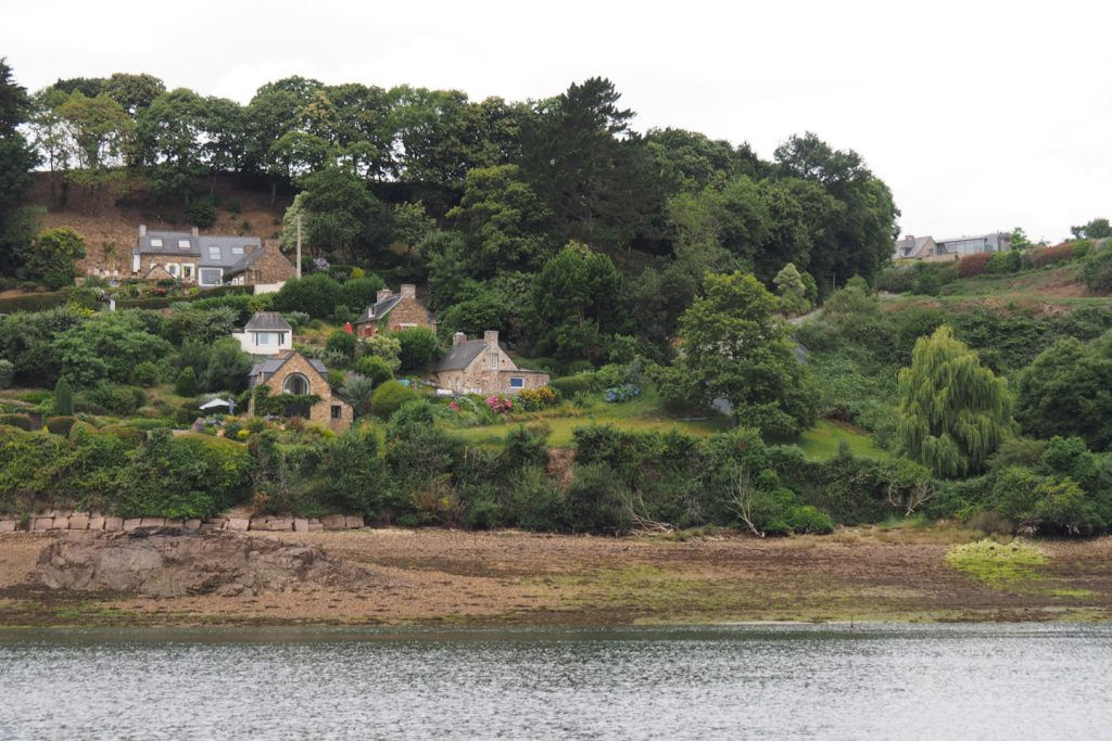 Houses along the estuary of the Trieux river